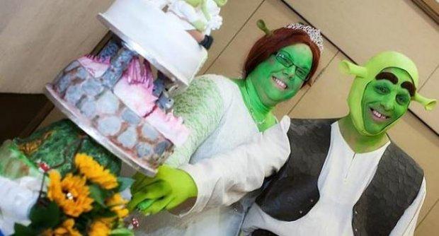 แต่งงานสุดแปลก บ่าวสาวแต่งตัวเป็นตัวการ์ตูนเชร็ค